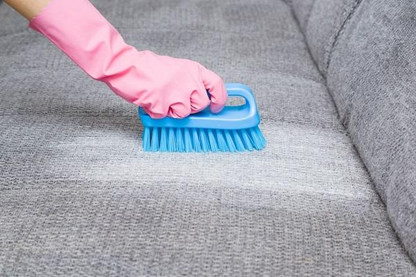 Nettoyez votre canapé avec du bicarbonate de soude